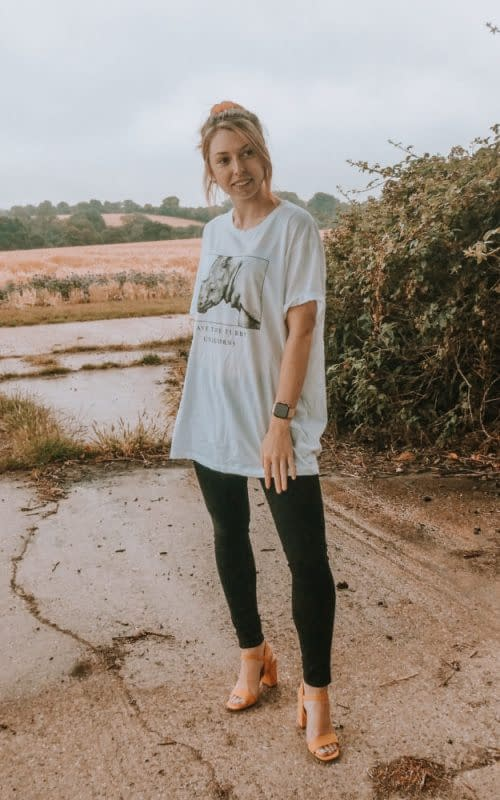 How to wear skinny jeans with an oversized graphic tee | | How to Wear a Graphic Tee